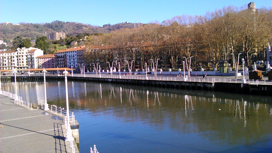 the estuary of the nervion river the old town is located bordering